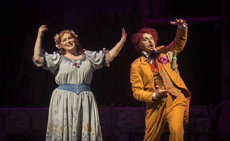 Adina (Jennifer Black) y Dulcamara (Pietro Spagnoli) foto Patricio Melo