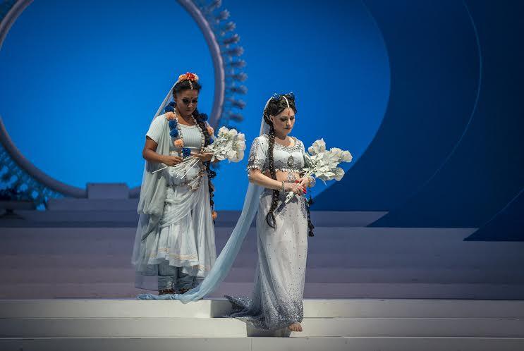 Dúo de las flores, uno de los grandes momentos de la ópera; Mallika (Gloria Rojas) y Lakmé (Patricia Cifuentes) foto. Patricio Melo