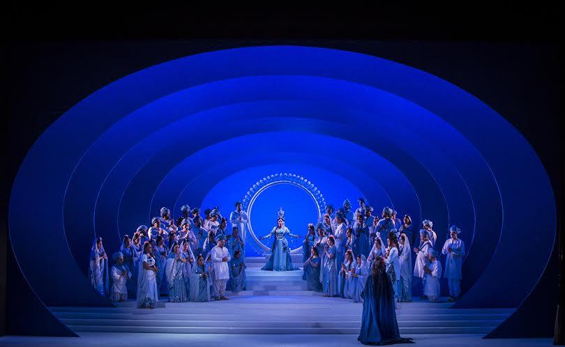 Inicio de la ópera, Lakmé al fondo y el padre en primer plano. foto Patricio Melo