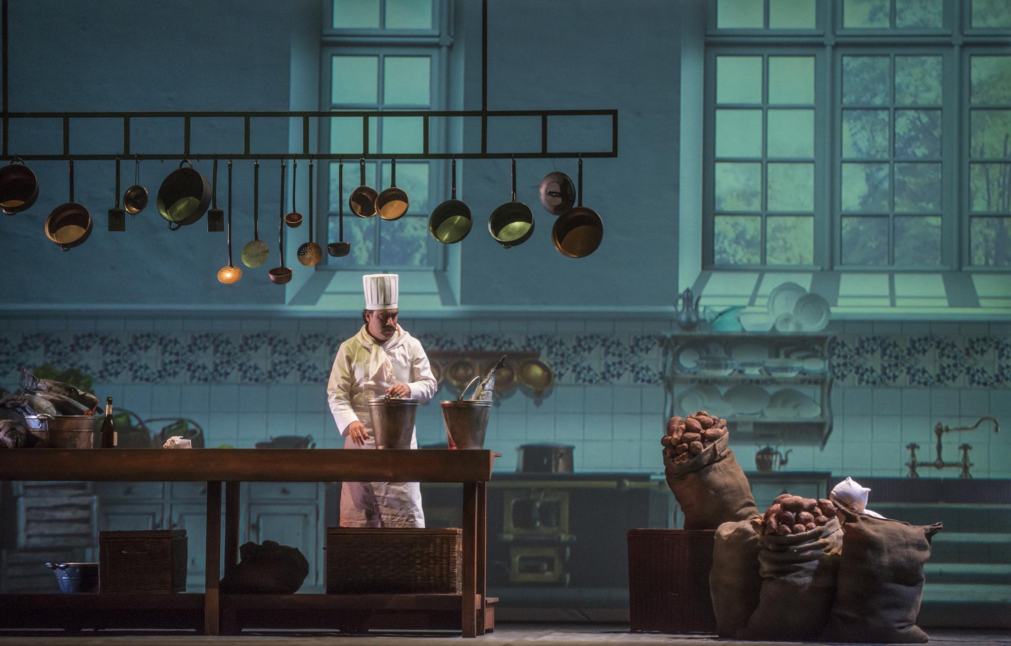 El Cocinero (Javier Weibel) detrás de los sacos semi escondido, su ayudante (Cecilia Pastawsky). foto Patricio Melo