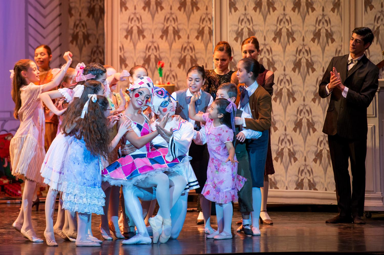 Colombina (Nicté Xoyón) y Pierrot (Brian Zúñiga) y niños maravillados con su presentación. foto
