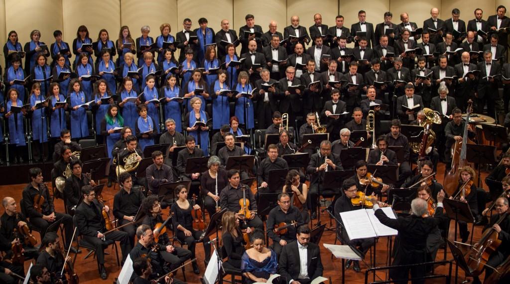 La Orquesta Sinfónica de Chile, el Coro Sinfónico y la Camerata Vocal de la Universidad de Chile, Claudia Pereira, Patricio Sabaté y el director Juan Pablo Izquierdo, durante el concierto. foto.ceac
