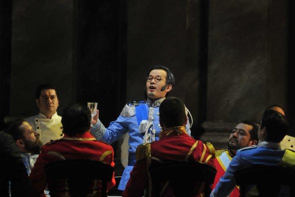 Brindis por la paz de Argirio (Yige Shi) al comienzo de la ópera. foto cooperativa