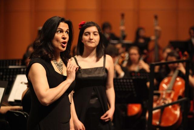 Las sopranos Magdalena Amenábar y Carolina Rojas, interpretando Mozart.
