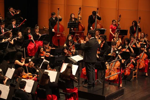 Alexander Sepúlveda dirigiendo en pleno concierto.