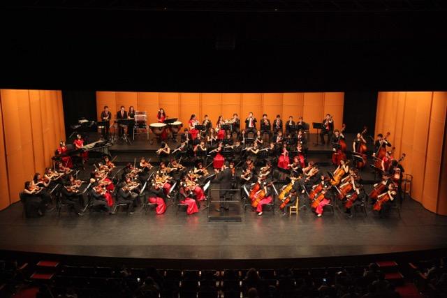Las dos Orquestas dirigidas lor Alexander Sepúlveda, agradecen los aplausos.
