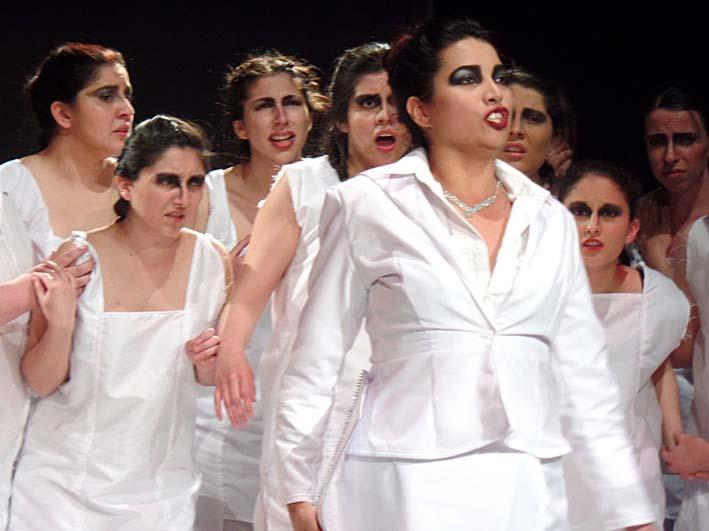 Juno (Pamela Zavala) junto a Ninfas y Faunos.