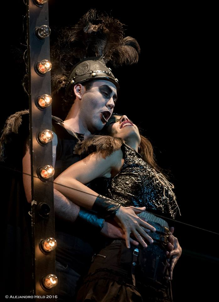 Plutón (Eleomar Cuello) y Proserpina (Luciana Mancini) foto Alejandro Held