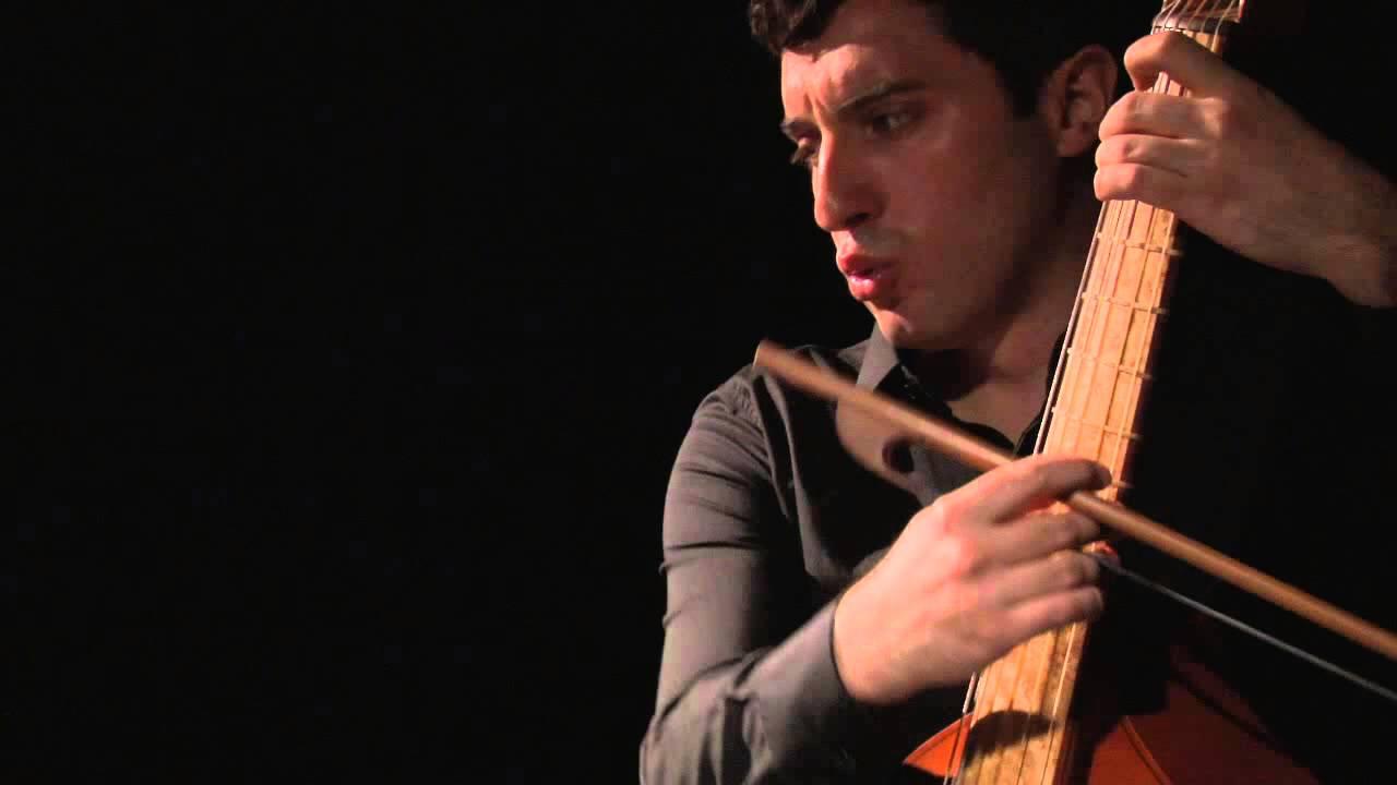 Francisco Mañalich, cantando y tocando viola da gamba. foto youtube