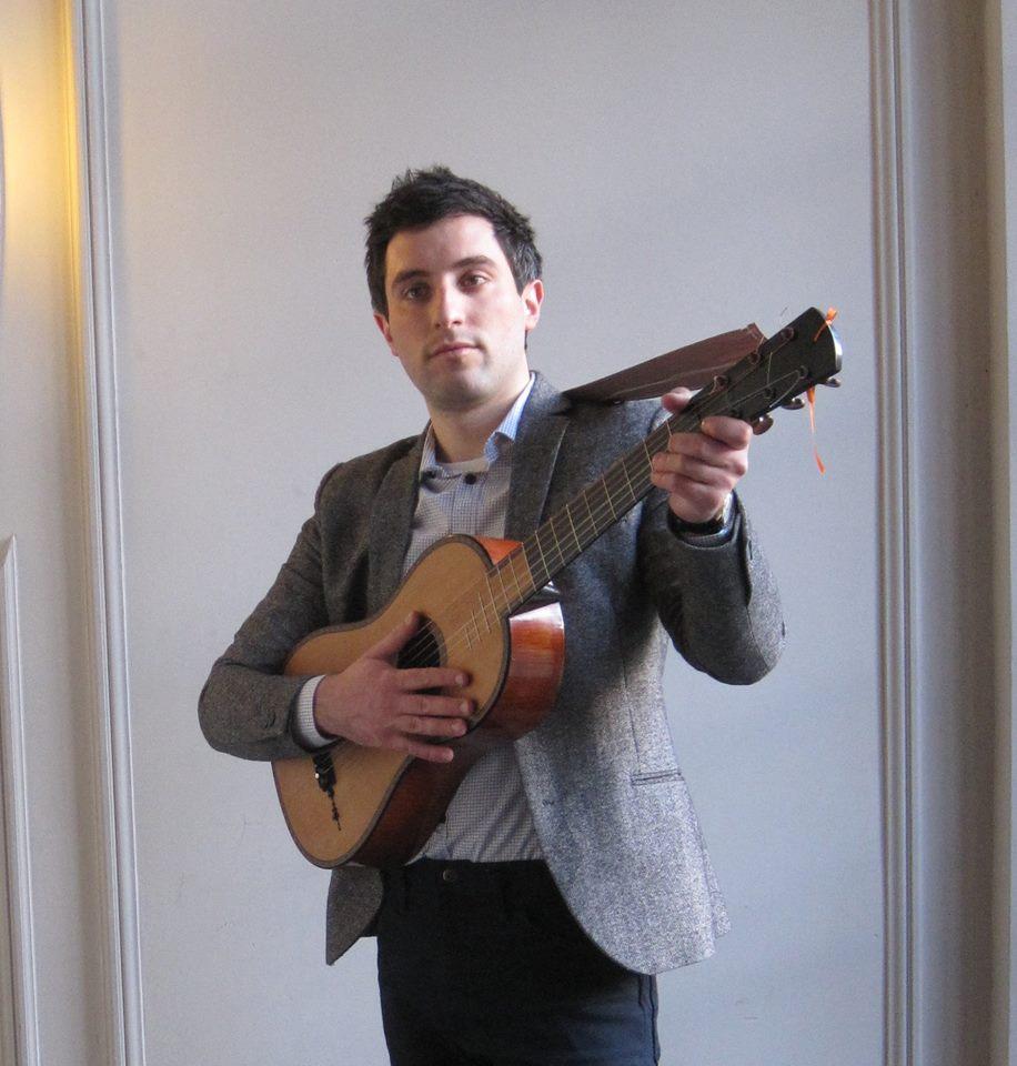 Francisco Mañalich, acompañándose en guitarra barroca. foto blogs