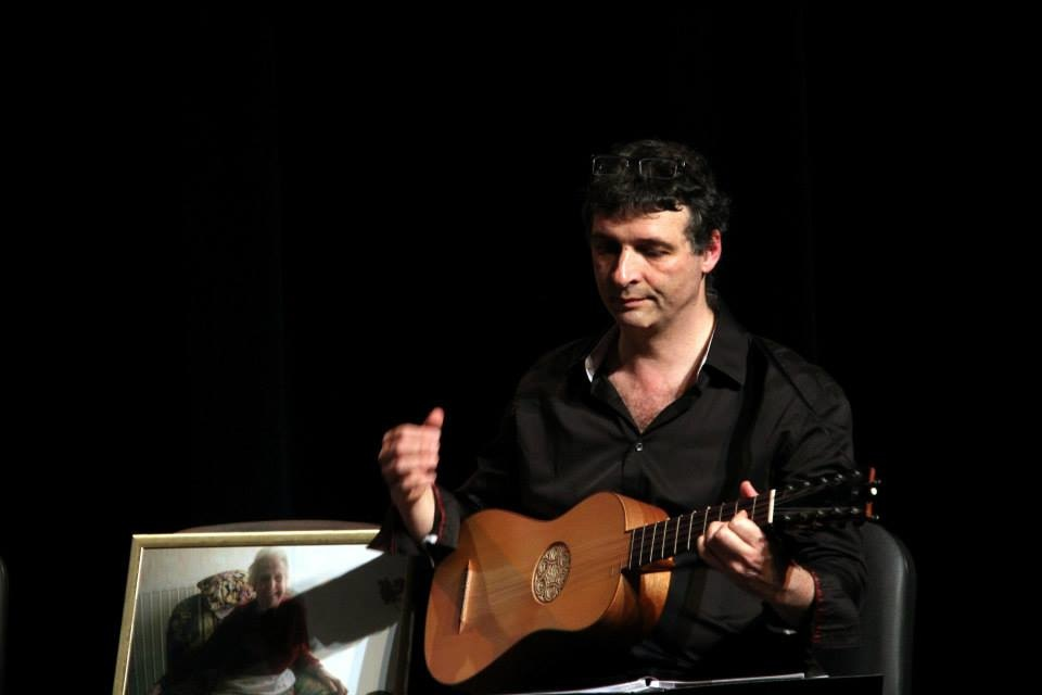 Marco Horvat, acompañándose de guitarra barroca. foto arcades