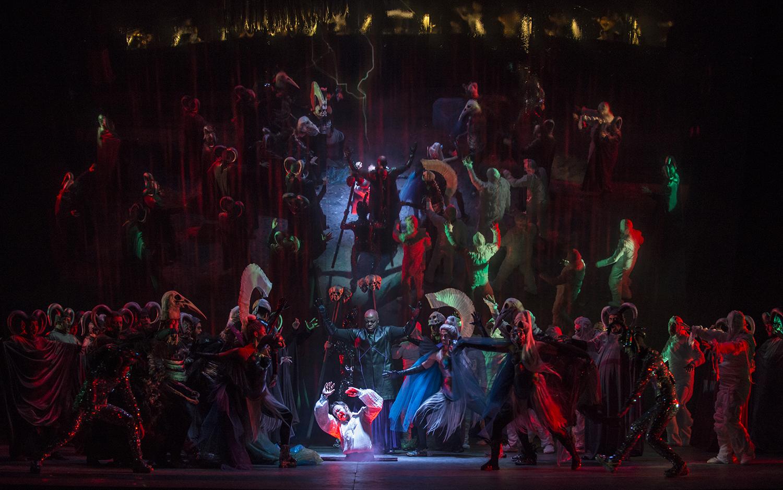 Fausto (Luca Lombardo) cae al infierno rodeado de los personajes del pandemonium y Mefistófeles (Alfred Walker) detrás de él. foto Patricio Melo