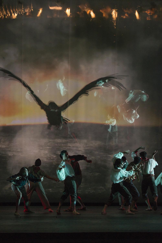 El ave de la muerte sobre los soldados. foto Patricio Melo