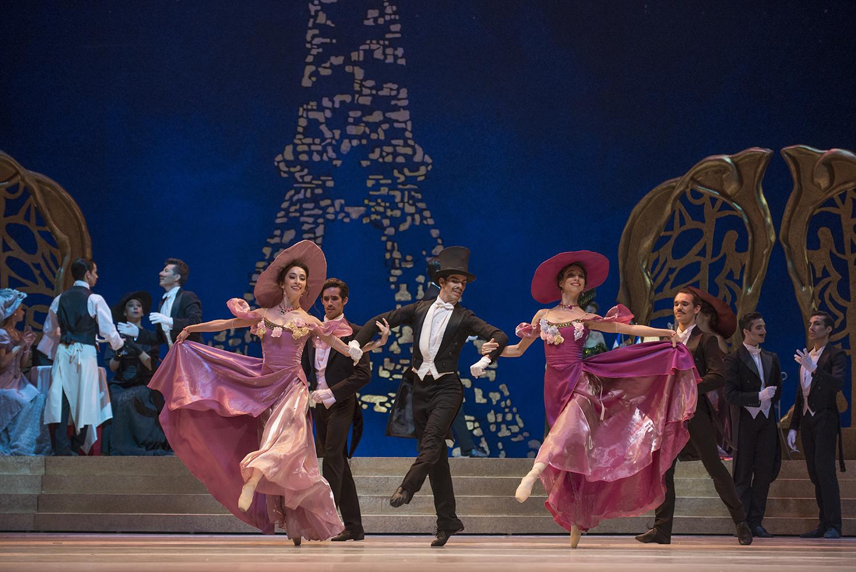La fiesta en el Maxim´s Danilo (José Manuel Ghiso) y dos damas. foto Patricio Melo