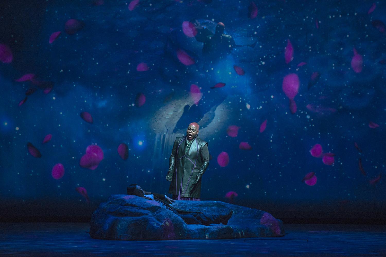 Fausto (Luca Lombardo) duerme a orillas del río, mientras Mefistófeles (Alfred Walker) canta en una de las escenas hermosas de la puesta. foto Patricio Melo