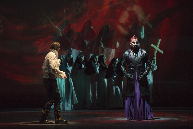 Comienzo de Pandemonium donde Fausto es condenado, Fausto (Antonio Bürgi) y Mefistófeles (Homero Pérez.Miranda) y atrás un coro invoca a Virgen. foto Patricio Melo