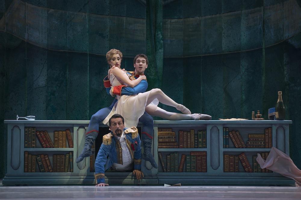 Elenco 2 del ballet Valencienne (Katherine Rodríguez) Camille (Emmanuel Vásquez) sorprendidos por Njegus (Edyson Araya), foto Patricio Melo