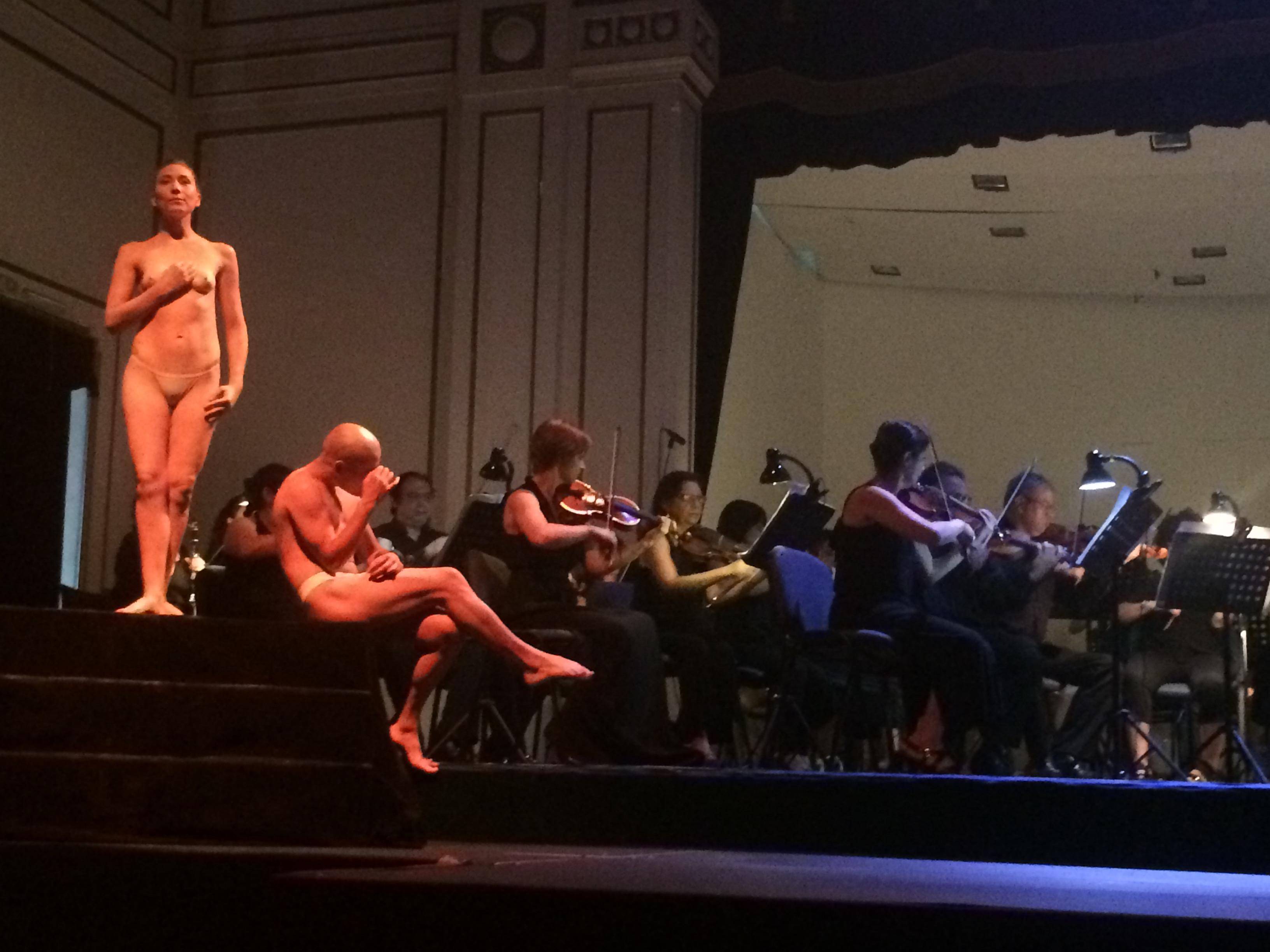 Otro momento del primer acto Euridice y Orfeo, cuando supuetamente él la busca desolado. foto Pablo González